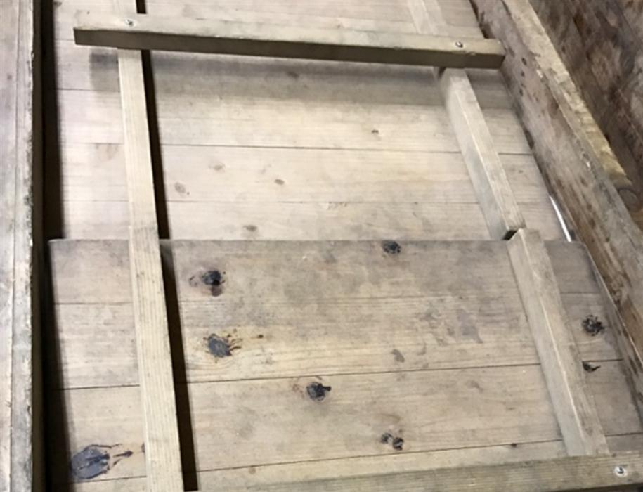 天井と壁が杉の木でできた麹室