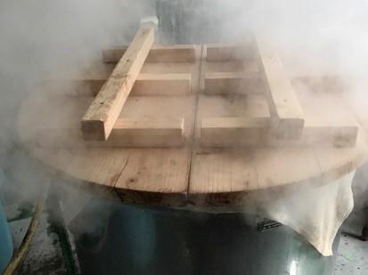 お米を甑で1時間蒸す